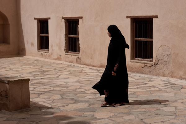 Abaja-kledd kvinne i gammel borg