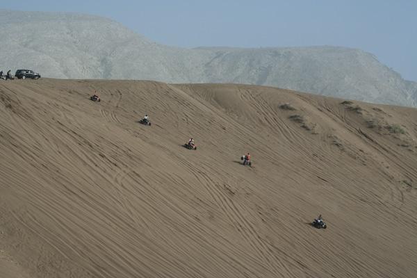 Vi tok en tur i sanddynene med SUVen til Geir. Første gang jeg har sett en SUV bli brukt til det den faktisk er laget for.